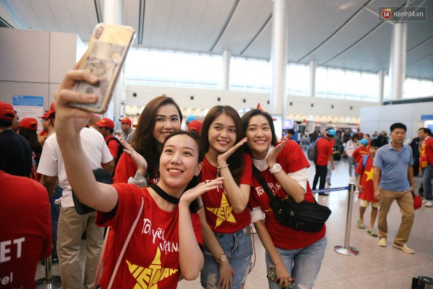 Những CĐV nữ xinh đẹp khiến trận bán kết lượt đi giữa Việt Nam - Philippines trở nên sôi động hơn bao giờ hết - Ảnh 12.