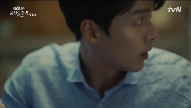 """Mới tập đầu """"Memories of the Alhambra"""", Hyun Bin đã bị Park Shin Hye """"hành"""" cho lên bờ xuống ruộng - Ảnh 17."""