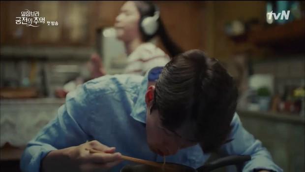 """Mới tập đầu """"Memories of the Alhambra"""", Hyun Bin đã bị Park Shin Hye """"hành"""" cho lên bờ xuống ruộng - Ảnh 14."""