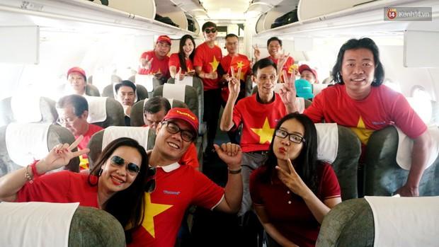 """Dàn hotgirl cùng hàng trăm CĐV Việt """"nhuộm đỏ"""" sân bay trước khi sang Philippines """"tiếp lửa"""" thầy trò HLV Park Hang Seo - Ảnh 14."""