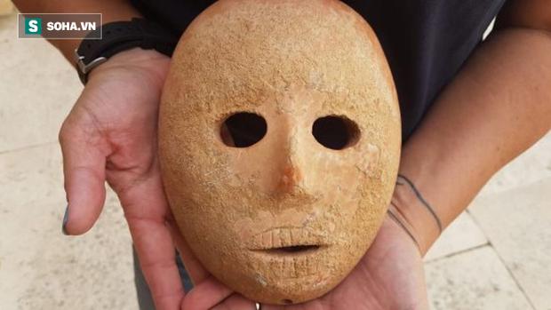 Bí ẩn mặt nạ đá 9.000 năm mới tìm thấy ở Israel, có cả xương gò má và mũi hoàn hảo - Ảnh 1.