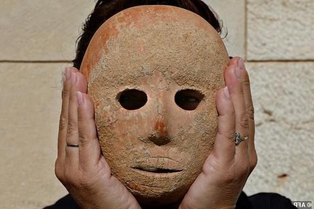 Bí ẩn mặt nạ đá 9.000 năm mới tìm thấy ở Israel, có cả xương gò má và mũi hoàn hảo - Ảnh 2.