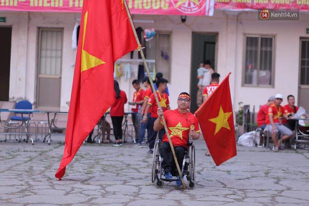Chàng trai khuyết tật tự đi xe ba bánh gần 40 km đến Hà Nội cổ vũ đội tuyển Việt Nam trong trận đấu với tuyển Philippines - Ảnh 2.