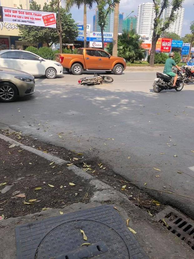 Hà Nội: Gây tai nạn, ô tô lao lên vỉa hè bỏ chạy rồi tông đổ hàng loạt xe máy - Ảnh 1.