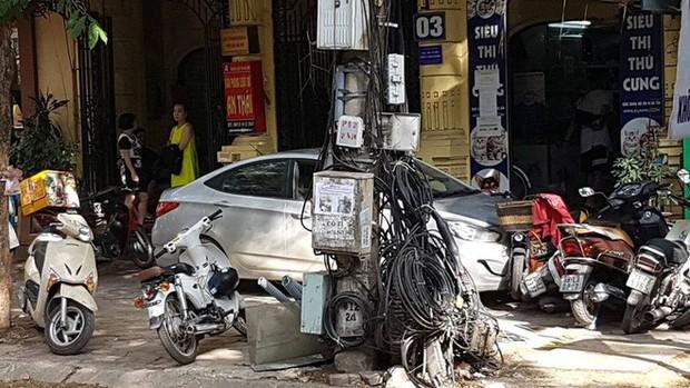 Hà Nội: Gây tai nạn, ô tô lao lên vỉa hè bỏ chạy rồi tông đổ hàng loạt xe máy - Ảnh 2.