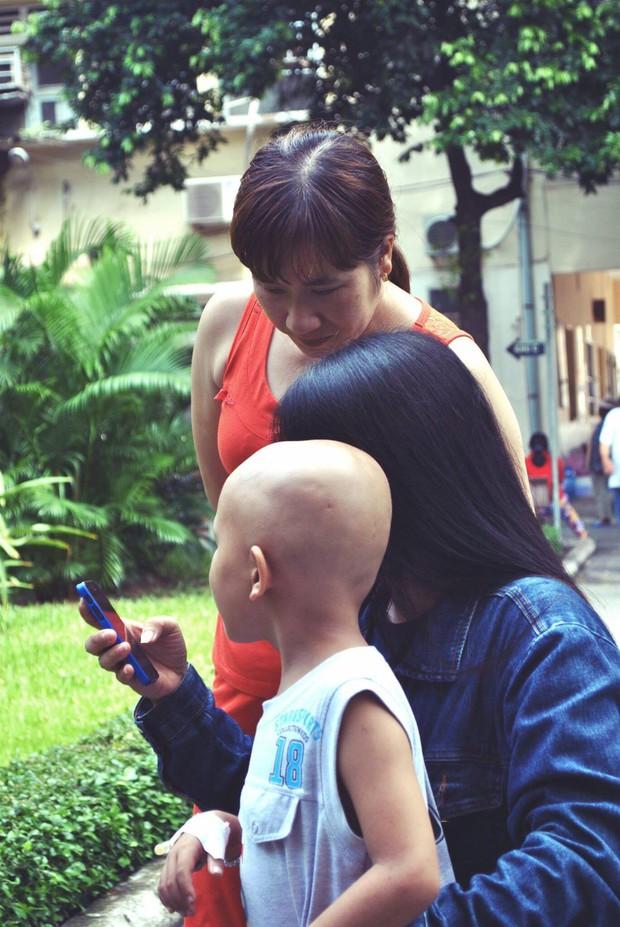 Những bệnh nhi đầu trọc và đồng hoa hướng dương nở rộ trên mạng xã hội  - Ảnh 2.