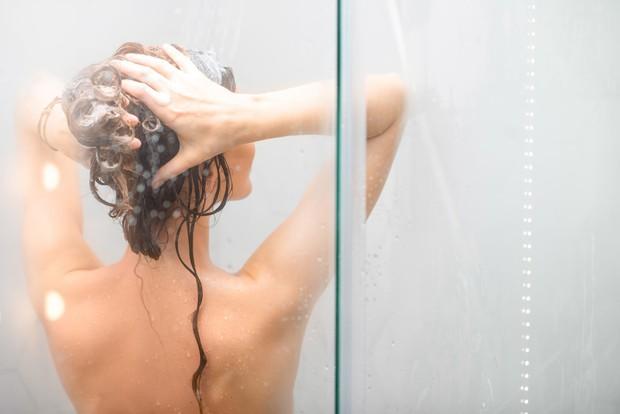 4 sai lầm khi tắm gây khô nẻ, bong tróc da trong mùa này mà nhiều người không hề hay biết - Ảnh 1.