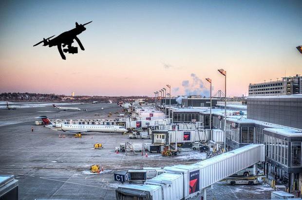 Sân bay lớn thứ hai nước Anh tê liệt vì drone lạ xâm nhập, 110.000 hành khách gặp rắc rối - Ảnh 2.