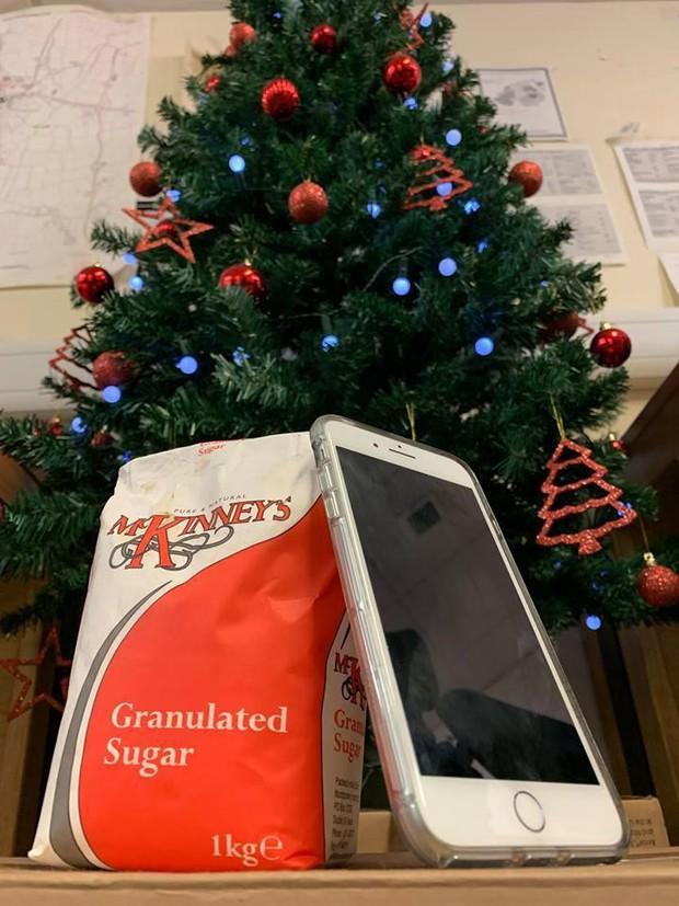 Mở hộp iPhone mới cứng ra gói đường trắng: Trò lừa khiến dân Anh khổ sở trong mùa Noel - Ảnh 1.