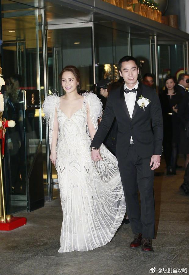 Thay liền 3 bộ váy cưới đẹp như mơ, Chung Hân Đồng lại khiến dân tình say lòng vì quá đỗi xinh đẹp - Ảnh 2.