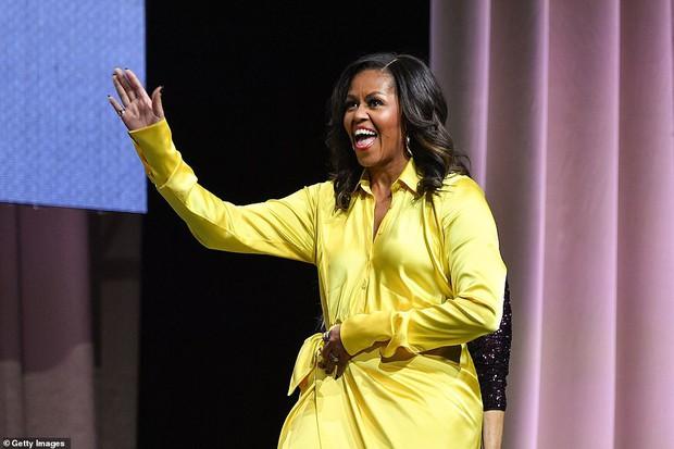 Bộ váy hoàng kim và đôi boot ma thuật lấp lánh của bà Michelle Obama là tâm điểm MXH Mỹ lúc này - Ảnh 2.