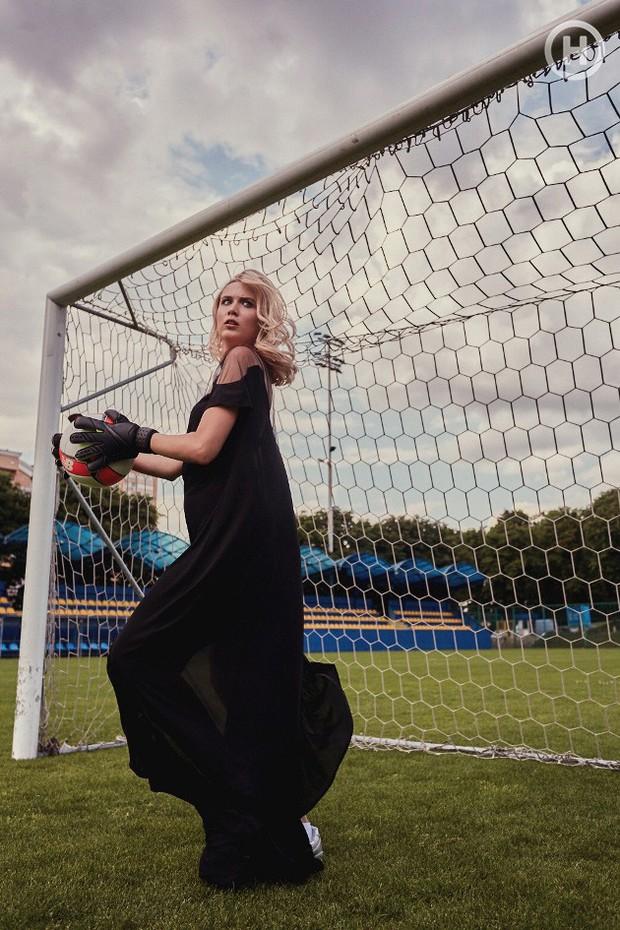 Next Top Ukraine: Đi đá bóng mà mặc đồ như... dự sự kiện, không sợ vấp váy té hay sao? - Ảnh 1.