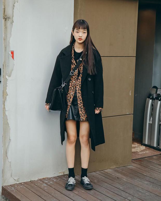 Nếu đã chán cách ăn mặc basic, bạn hãy xem ngay street style không đụng hàng mà lại dễ áp dụng của Hàn - Ảnh 8.