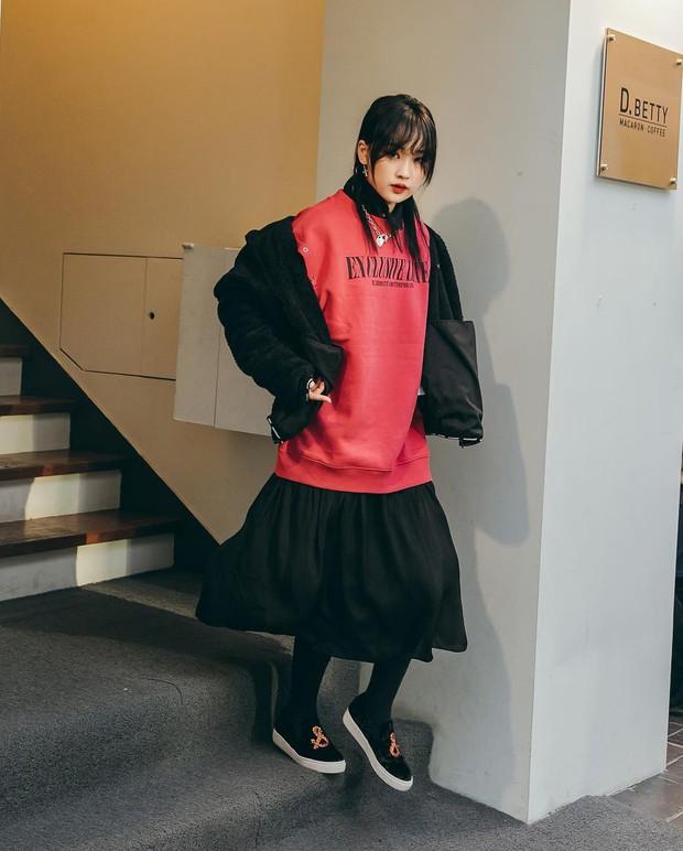 Nếu đã chán cách ăn mặc basic, bạn hãy xem ngay street style không đụng hàng mà lại dễ áp dụng của Hàn - Ảnh 9.