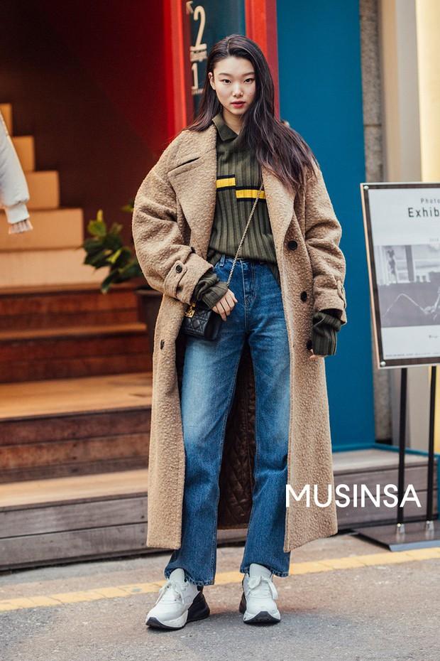 Nếu đã chán cách ăn mặc basic, bạn hãy xem ngay street style không đụng hàng mà lại dễ áp dụng của Hàn - Ảnh 5.