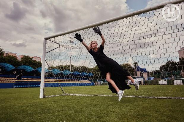 Next Top Ukraine: Đi đá bóng mà mặc đồ như... dự sự kiện, không sợ vấp váy té hay sao? - Ảnh 3.