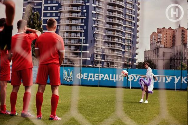 Next Top Ukraine: Đi đá bóng mà mặc đồ như... dự sự kiện, không sợ vấp váy té hay sao? - Ảnh 5.