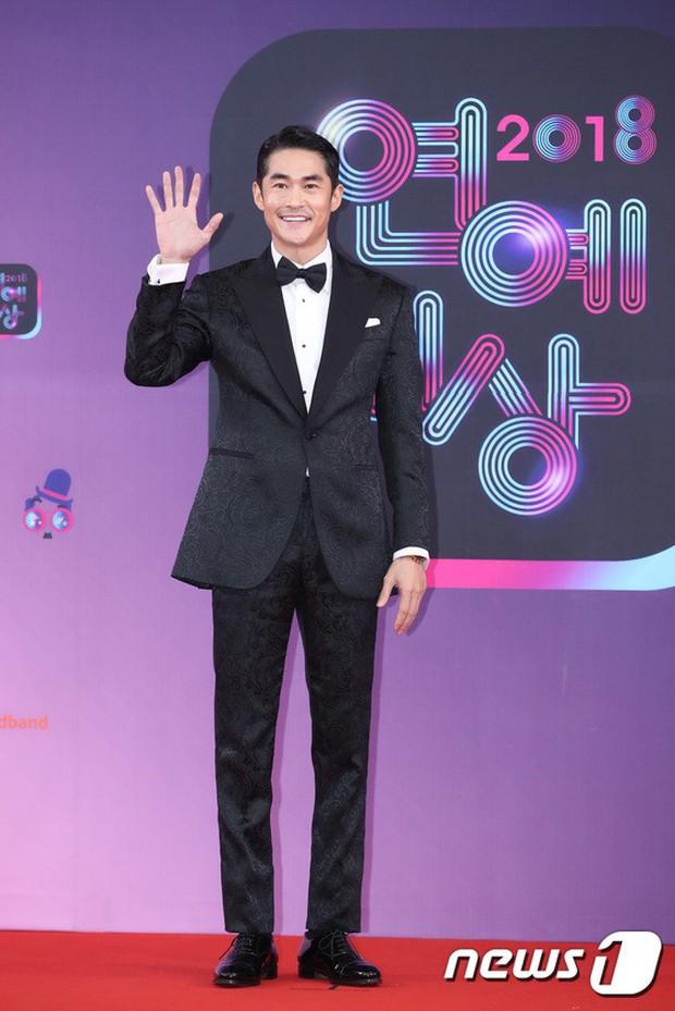 Thảm đỏ KBS Entertainment Awards: Vợ Lee Dong Gun lấn át dàn mỹ nhân sexy, cặp vợ chồng trẻ nhất Kpop xuất thần - Ảnh 23.