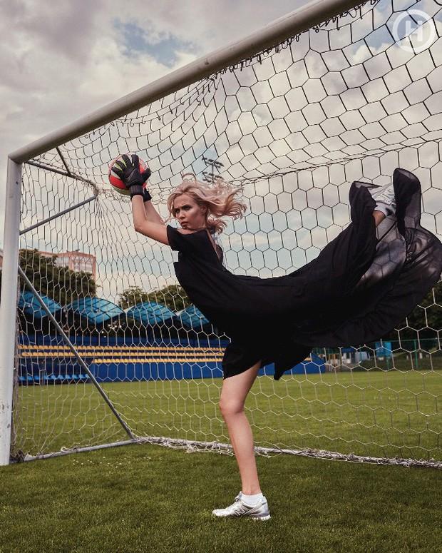 Next Top Ukraine: Đi đá bóng mà mặc đồ như... dự sự kiện, không sợ vấp váy té hay sao? - Ảnh 2.