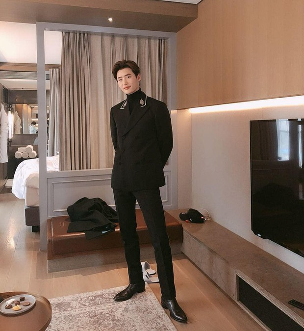 Diện suit đôi với Lee Jong Suk, đây chắc chắn là màn đụng hàng đáng nhớ nhất của Minh Hằng - Ảnh 5.