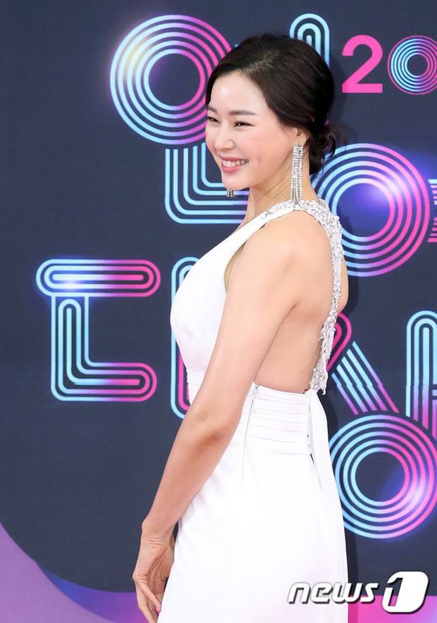 Thảm đỏ KBS Entertainment Awards: Vợ Lee Dong Gun lấn át dàn mỹ nhân sexy, cặp vợ chồng trẻ nhất Kpop xuất thần - Ảnh 9.