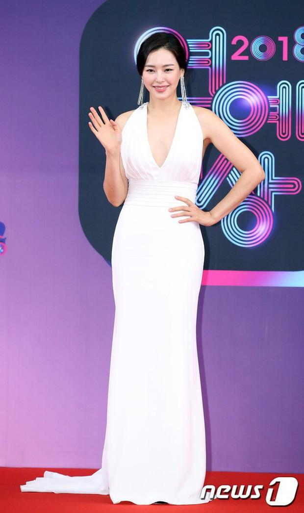 Thảm đỏ KBS Entertainment Awards: Vợ Lee Dong Gun lấn át dàn mỹ nhân sexy, cặp vợ chồng trẻ nhất Kpop xuất thần - Ảnh 8.