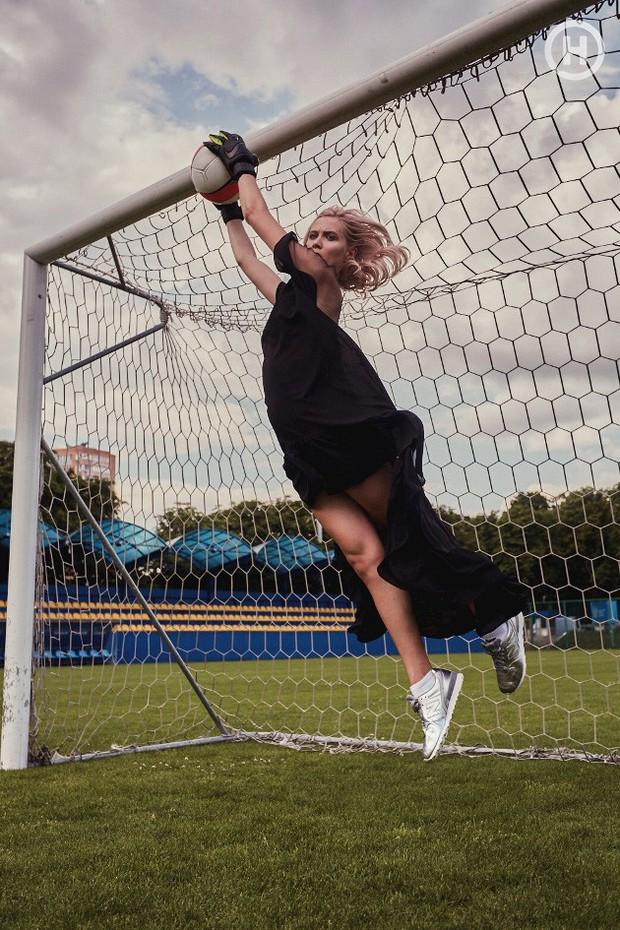 Next Top Ukraine: Đi đá bóng mà mặc đồ như... dự sự kiện, không sợ vấp váy té hay sao? - Ảnh 4.