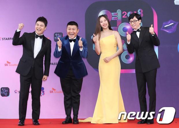 Thảm đỏ KBS Entertainment Awards: Vợ Lee Dong Gun lấn át dàn mỹ nhân sexy, cặp vợ chồng trẻ nhất Kpop xuất thần - Ảnh 5.