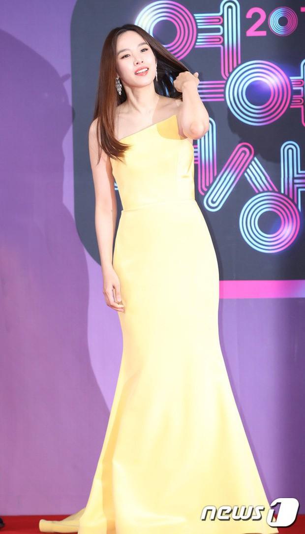 Thảm đỏ KBS Entertainment Awards: Vợ Lee Dong Gun lấn át dàn mỹ nhân sexy, cặp vợ chồng trẻ nhất Kpop xuất thần - Ảnh 6.