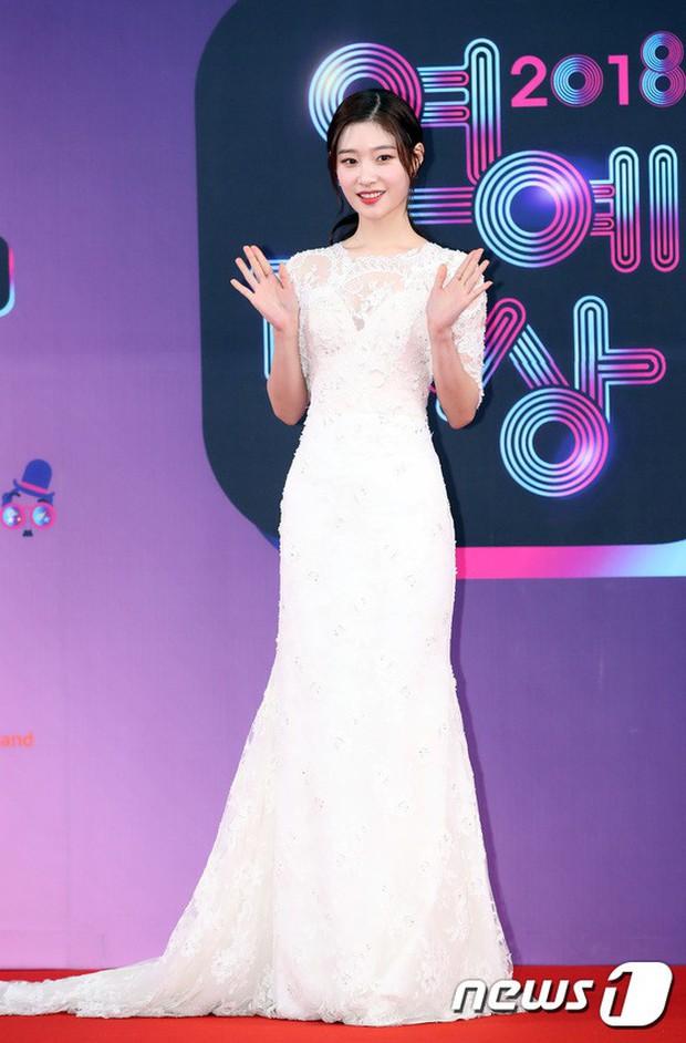 Thảm đỏ KBS Entertainment Awards: Vợ Lee Dong Gun lấn át dàn mỹ nhân sexy, cặp vợ chồng trẻ nhất Kpop xuất thần - Ảnh 14.