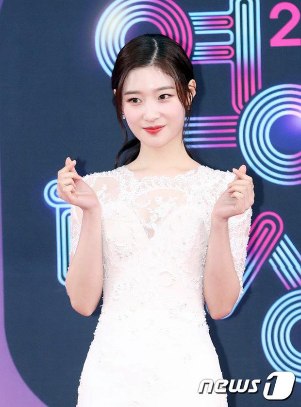 Thảm đỏ KBS Entertainment Awards: Vợ Lee Dong Gun lấn át dàn mỹ nhân sexy, cặp vợ chồng trẻ nhất Kpop xuất thần - Ảnh 15.