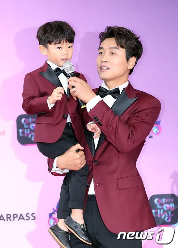 Thảm đỏ KBS Entertainment Awards: Vợ Lee Dong Gun lấn át dàn mỹ nhân sexy, cặp vợ chồng trẻ nhất Kpop xuất thần - Ảnh 26.