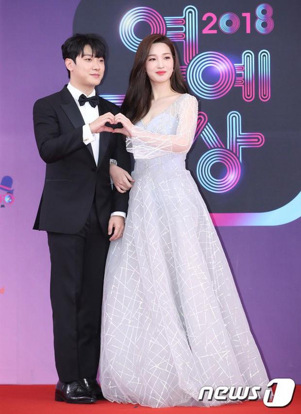 Thảm đỏ KBS Entertainment Awards: Vợ Lee Dong Gun lấn át dàn mỹ nhân sexy, cặp vợ chồng trẻ nhất Kpop xuất thần - Ảnh 16.