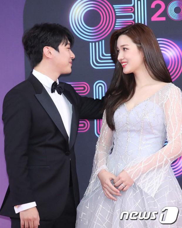 Thảm đỏ KBS Entertainment Awards: Vợ Lee Dong Gun lấn át dàn mỹ nhân sexy, cặp vợ chồng trẻ nhất Kpop xuất thần - Ảnh 17.