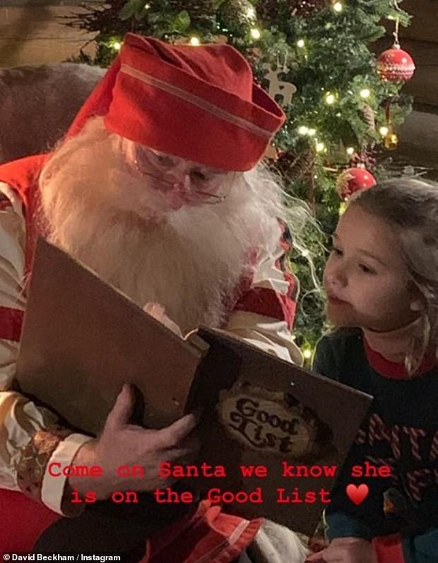 Đi chơi Giáng sinh cùng cả nhà, Harper Beckham háo hức cực dễ thương khi gặp ông già Noel - Ảnh 2.