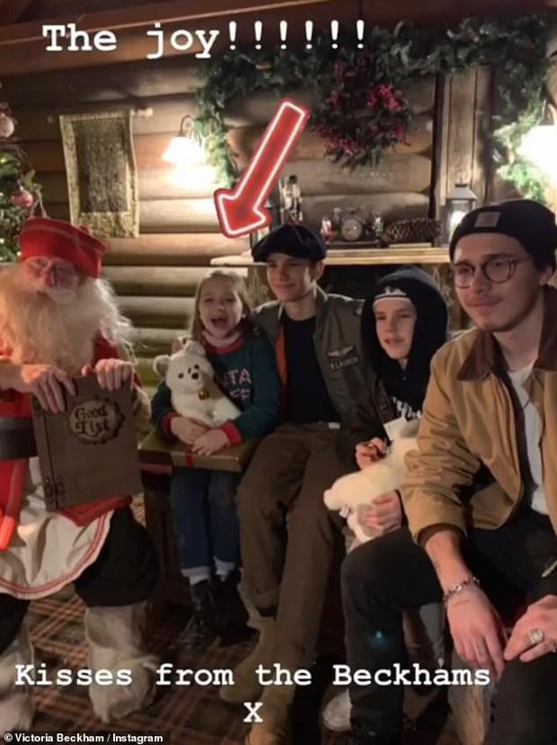 Đi chơi Giáng sinh cùng cả nhà, Harper Beckham háo hức cực dễ thương khi gặp ông già Noel - Ảnh 1.