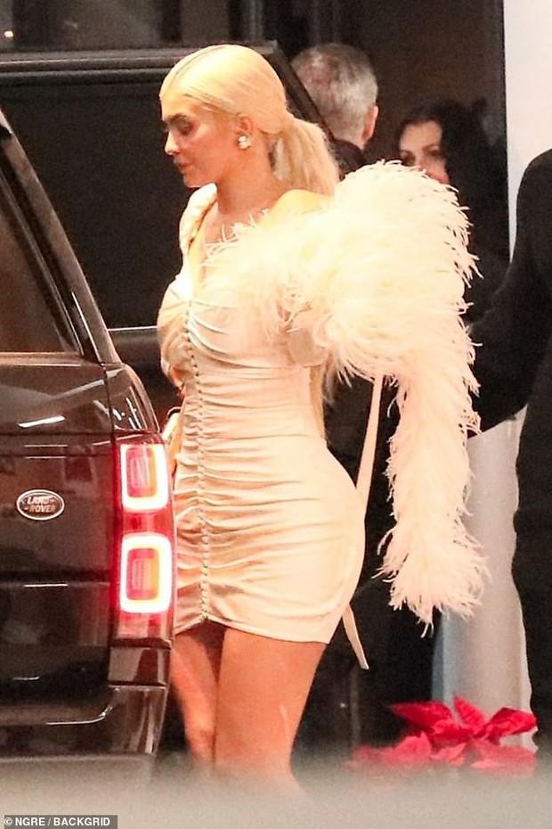 Có ai như Kylie Jenner: Bị chụp ảnh lén trong đêm mà vẫn quá đỗi xinh đẹp và sexy! - Ảnh 1.