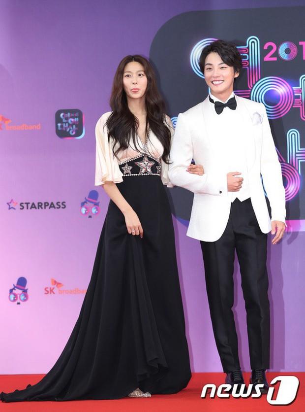 Thảm đỏ KBS Entertainment Awards: Vợ Lee Dong Gun lấn át dàn mỹ nhân sexy, cặp vợ chồng trẻ nhất Kpop xuất thần - Ảnh 2.