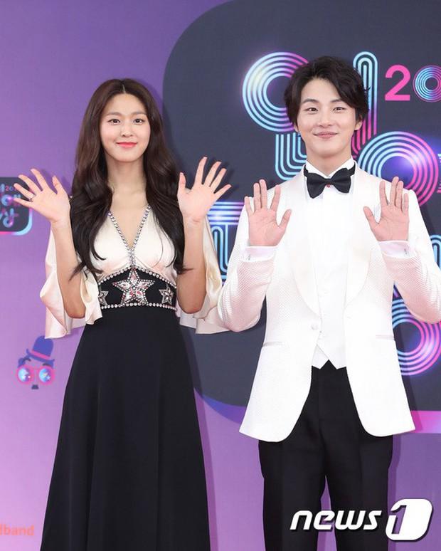 Thảm đỏ KBS Entertainment Awards: Vợ Lee Dong Gun lấn át dàn mỹ nhân sexy, cặp vợ chồng trẻ nhất Kpop xuất thần - Ảnh 3.