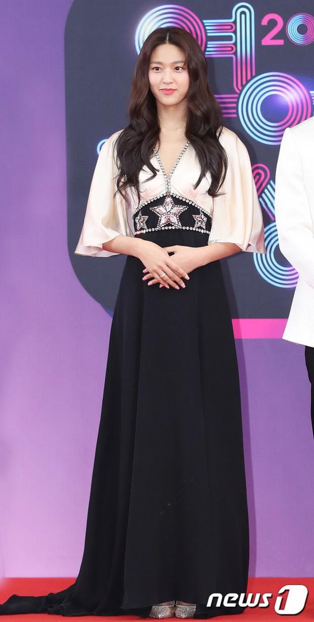 Thảm đỏ KBS Entertainment Awards: Vợ Lee Dong Gun lấn át dàn mỹ nhân sexy, cặp vợ chồng trẻ nhất Kpop xuất thần - Ảnh 4.