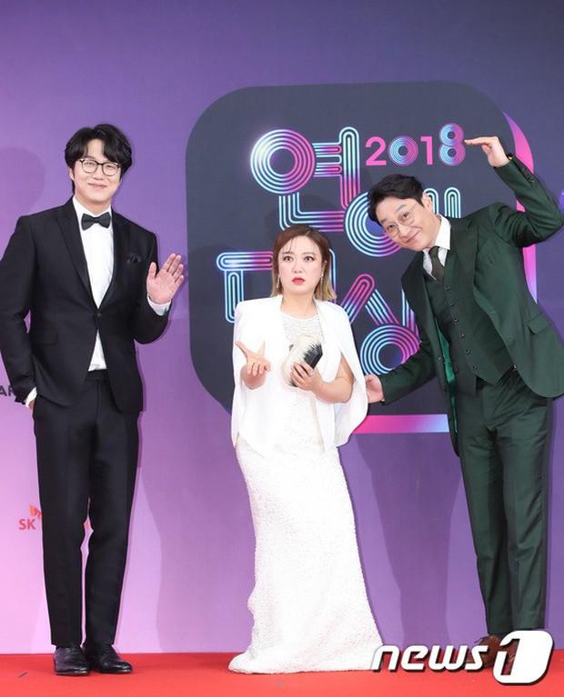 Thảm đỏ KBS Entertainment Awards: Vợ Lee Dong Gun lấn át dàn mỹ nhân sexy, cặp vợ chồng trẻ nhất Kpop xuất thần - Ảnh 30.