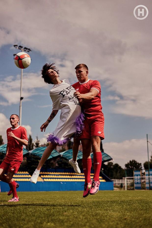 Next Top Ukraine: Đi đá bóng mà mặc đồ như... dự sự kiện, không sợ vấp váy té hay sao? - Ảnh 6.