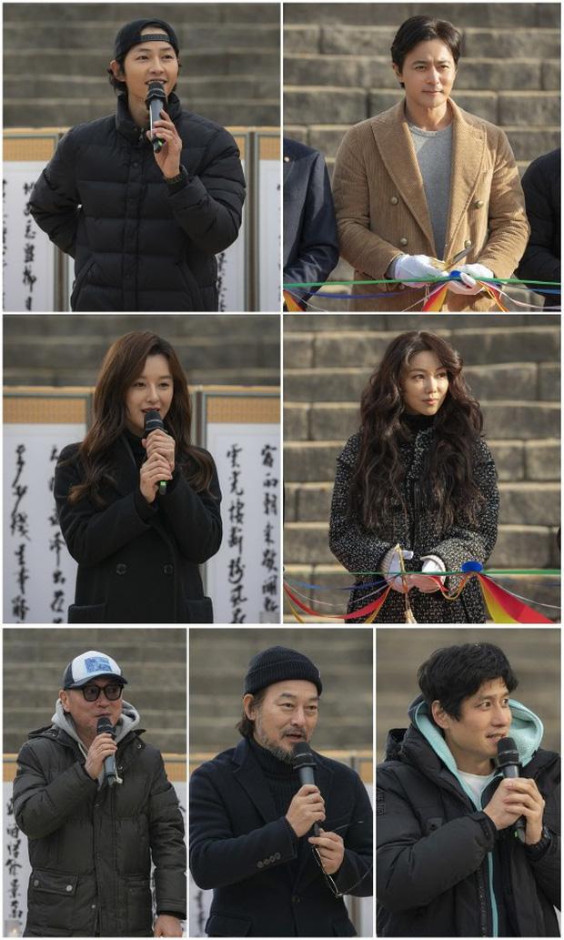 Ảnh đối chiếu của Song Joong Ki và Kim Ji Won 2 năm sau Hậu duệ mặt trời gây sốt: Ai rồi cũng thay đổi - Ảnh 2.