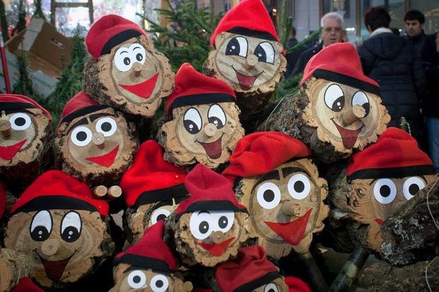 Quên ông già Noel đi, người dân vùng đất này đón Giáng Sinh bằng tượng... người đi cầu - Ảnh 3.