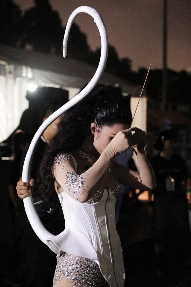 Ngắm loạt ảnh đẹp hậu trường liveshow TEN ON TEN chưa công bố, soi cận cảnh chiếc đuôi mèo của Đông Nhi - Ảnh 6.