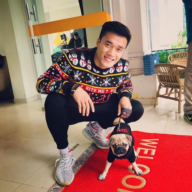 Ngoài hình ảnh mạnh mẽ trên sân cỏ, tuyển thủ Việt Nam còn rất dễ thương khi chụp ảnh cùng thú cưng - Ảnh 4.