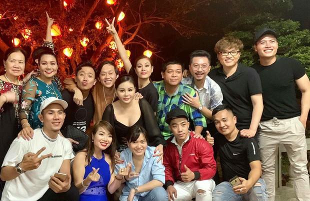 Trấn Thành, Lê Giang, Nam Thư cùng dàn nghệ sĩ quây quần bên nhau mừng sinh nhật Hoài Linh - Ảnh 1.