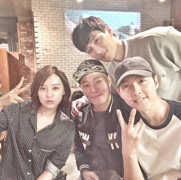 Ảnh đối chiếu của Song Joong Ki và Kim Ji Won 2 năm sau Hậu duệ mặt trời gây sốt: Ai rồi cũng thay đổi - Ảnh 1.