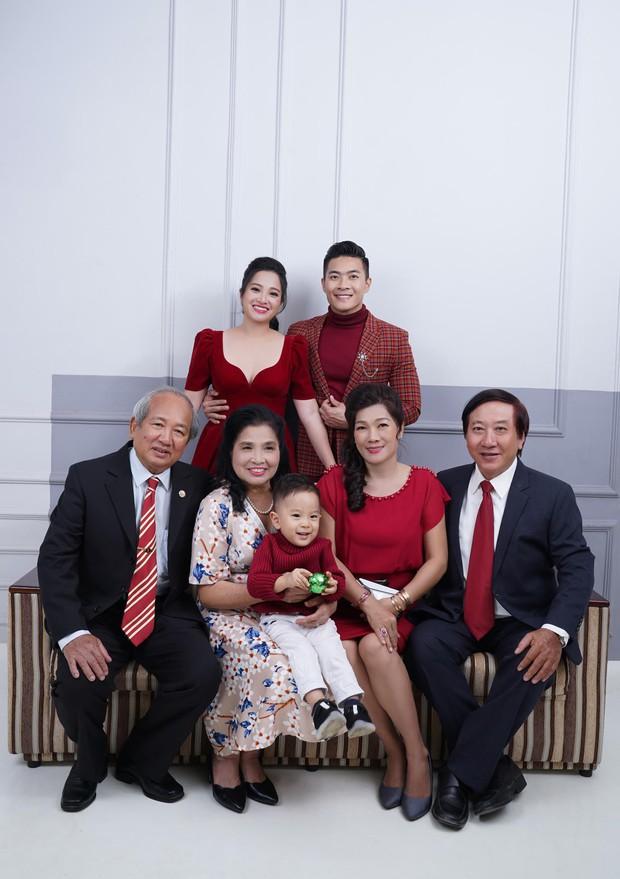 Vợ chồng Quốc Cơ thực hiện bộ ảnh gia đình 3 thế hệ mừng sinh nhật con trai tròn 2 tuổi - Ảnh 1.