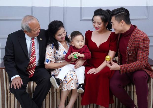 Vợ chồng Quốc Cơ thực hiện bộ ảnh gia đình 3 thế hệ mừng sinh nhật con trai tròn 2 tuổi - Ảnh 2.
